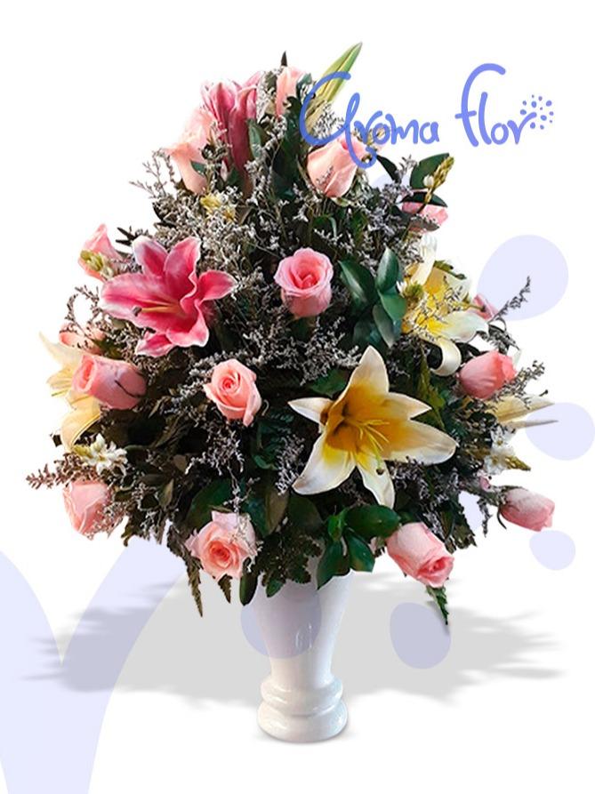 Jarrón elegante de lirios y rosas