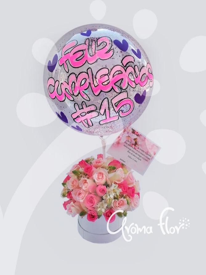 Caja de rosas color pastel y globo