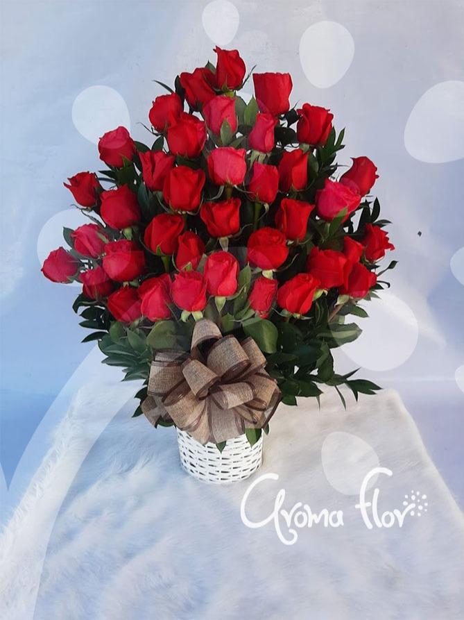Tridente de amor en Rosas rojas