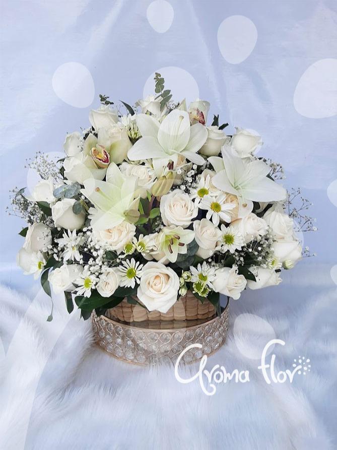 Canasta con flores blancas